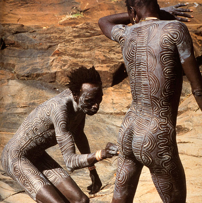 Resonant standing waves in surma body art for African body decoration